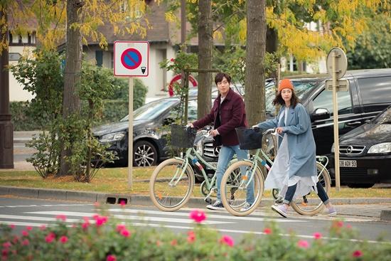 100%事前製作電視劇《The Package》終於要在10月13日播出啦! 《The Package》故事以法國巴黎為背景,內容描述長住法國的韓國女導遊與觀光客在旅行時所發生的故事。 來自不同背景的旅客,身上都有著不同的故事、心事以及煩惱,而他們將會透過這次的法國旅行收穫了什麼,或是得到了成長,都是一大看點~