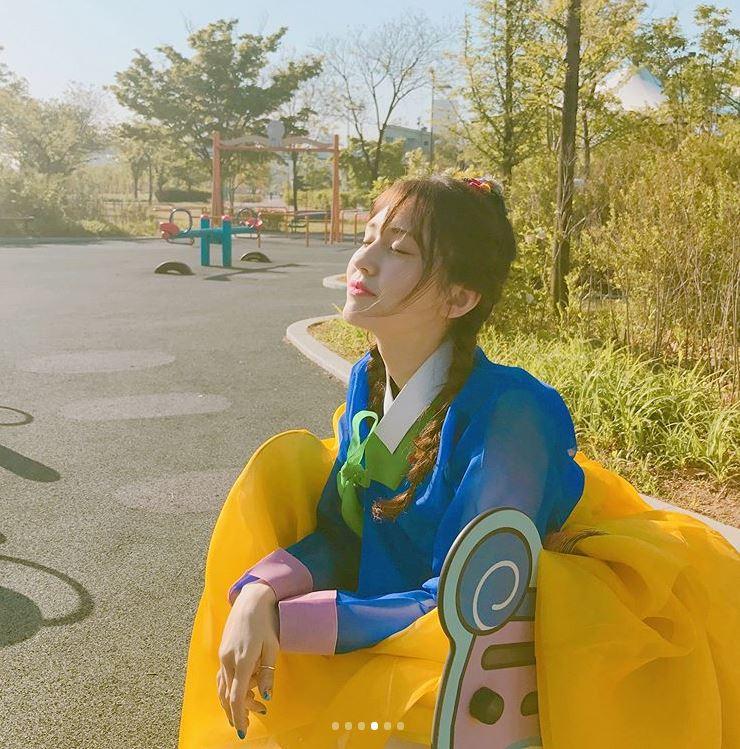 Somi過去曾因為混血的外表,在小時候被嘲笑是「雜種」,沒想到爸爸幫Somi在鞋底寫下「雜種」兩個字,要Somi 踩著別人的嘲笑爬上去。或許是這樣,Somi家的小孩光是短短的影片就能感受到滿滿的自信~