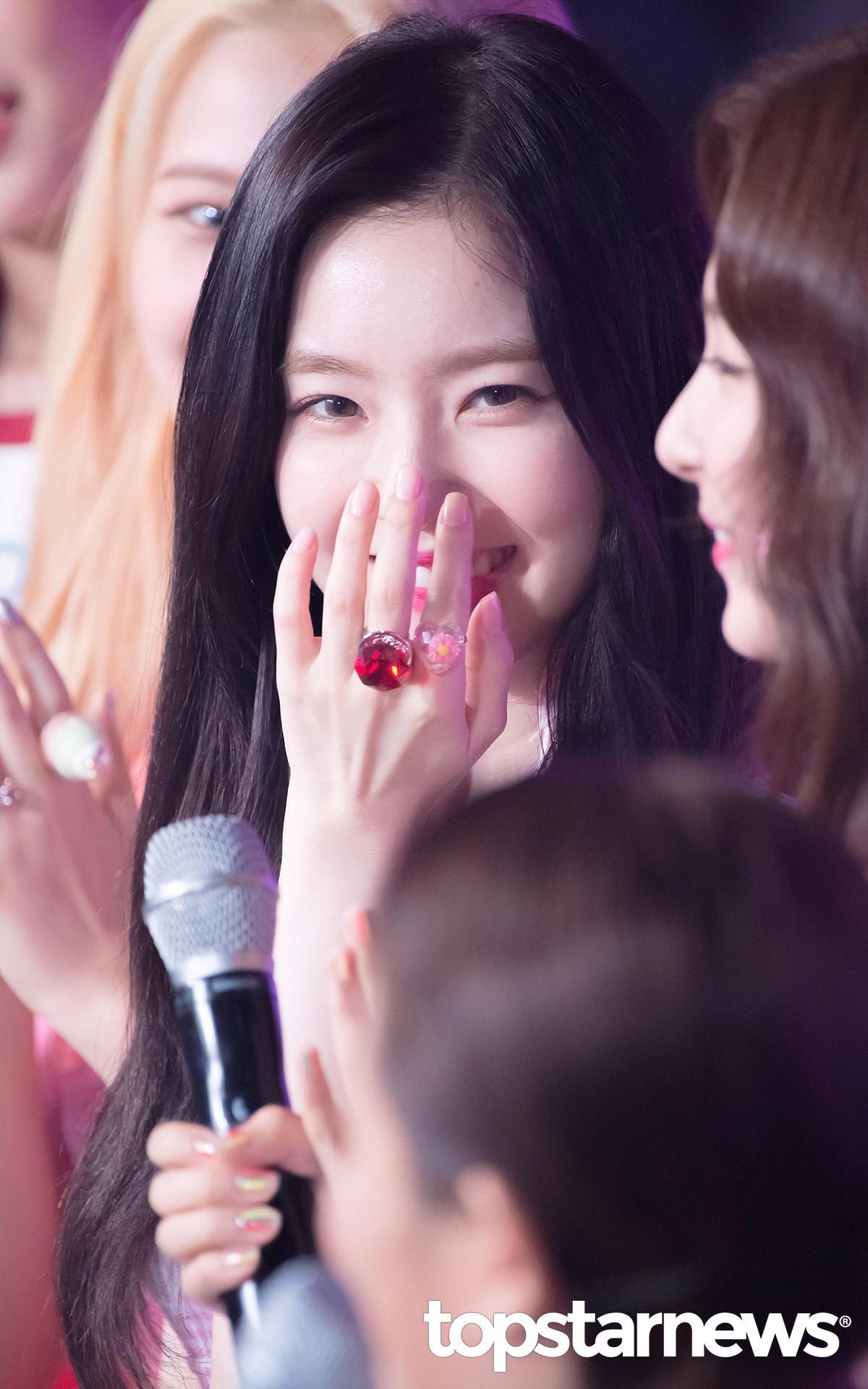 # Red Velvet Irene Irene阿 Irene 妳怎麼可以美成這樣... 好羨慕攝影師能透過相機鏡頭跟你對視阿....
