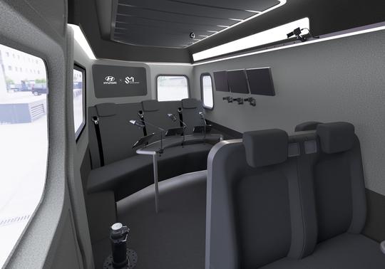 和先前SM和韓國汽車合作,不僅座位寬敞,還有影音錄製設備的保母車相比,不僅明顯看出功能取向不同,就連坐在上頭的舒適程度,也是光用看就看得出差別