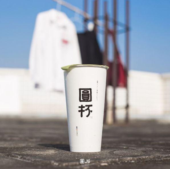 ☞ 圓石-復刻紅茶 超級文創青年風的圓石,有著一種結合台式的日式慵懶的感覺,飲料的名字也都取得很有個性~這款復刻紅茶雖然甜度不可以調整(也蠻甜的),是他們家最暢銷也最便宜的一款飲料,但是非常有台灣古早味紅茶的味道~所以受歡迎程度可是不分年齡層的!by the way~格雷伯爵(英式紅茶)也非常好喝哦!
