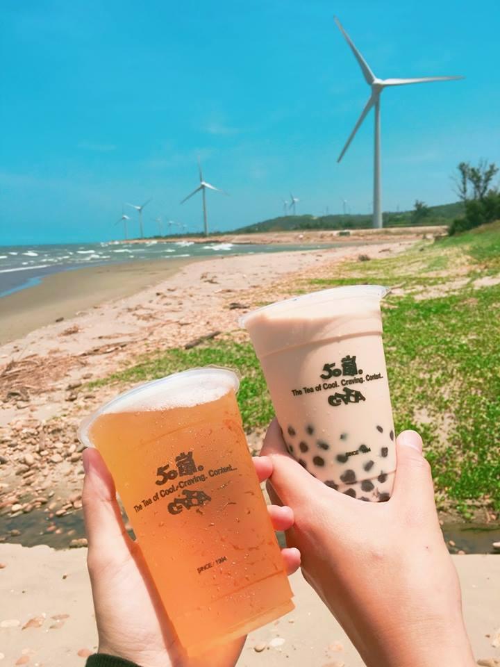☞ 50嵐-珍珠奶茶、四季春、冰淇淋紅茶 雖然有點被齊名了,但是把台灣珍珠奶茶發揚光大的還是我們的50嵐啦~珍珠軟Q帶甜味、奶茶也是最經典的味道!儘管越來越多更好喝的珍珠奶茶青出於藍,但是對於多人來說,甚至是觀光客,50嵐還是最原本的好味道!(飽兒又要私心推薦他們家的四季春飯後喝一級棒啊!!)