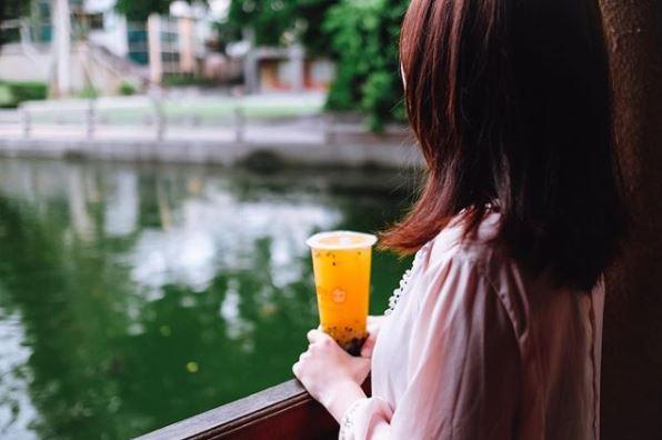 ☞ coco都可-百香雙響炮、奶霜系列茶品 喜歡酸甜果汁的絕對要去喝百香雙響炮!隨便在網路上問coco都可什麼好喝,10個人有8個人回答這個啦!奶霜系列的奶蓋茶類是飽兒身邊的朋友們真心大推一天可以喝三杯的飲料哦XD