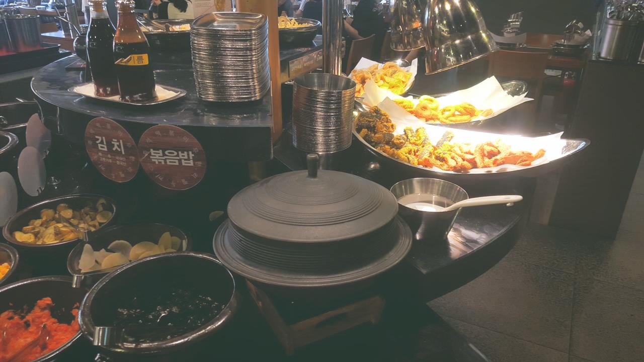 這區有一些魷魚、餃子等的炸物,還有一個大飯鍋!