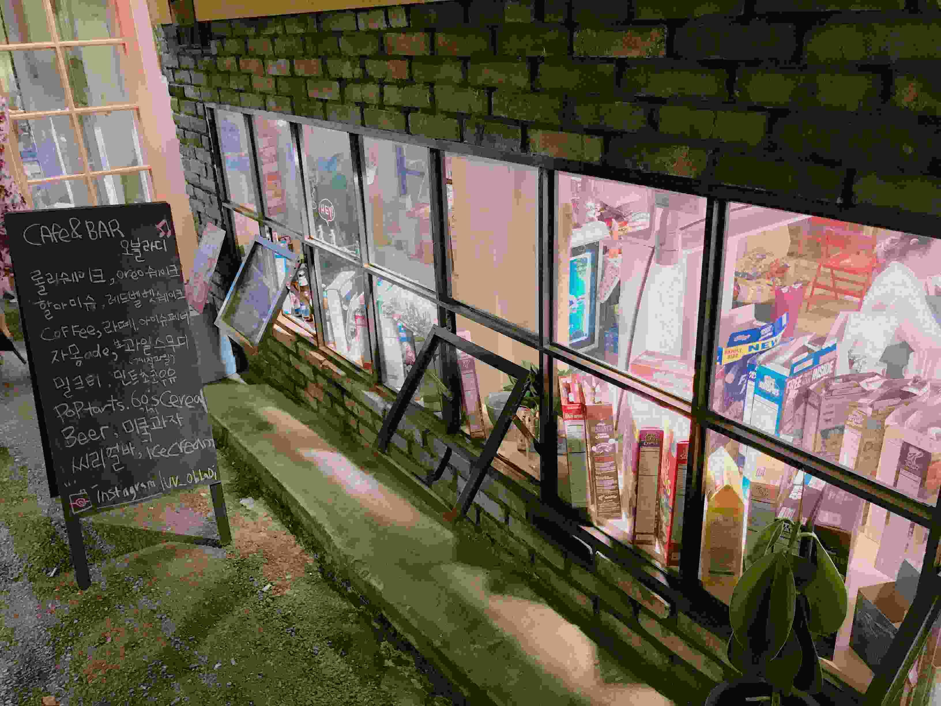 位置於近漢南洞的小店,是一間半地下的店鋪。但就望進窗戶內,不同包裝及品牌色彩鮮明的谷物包裝盒相當吸引視線,讓不少路人經過都不禁停下腳步了解究竟是什麼店呢!