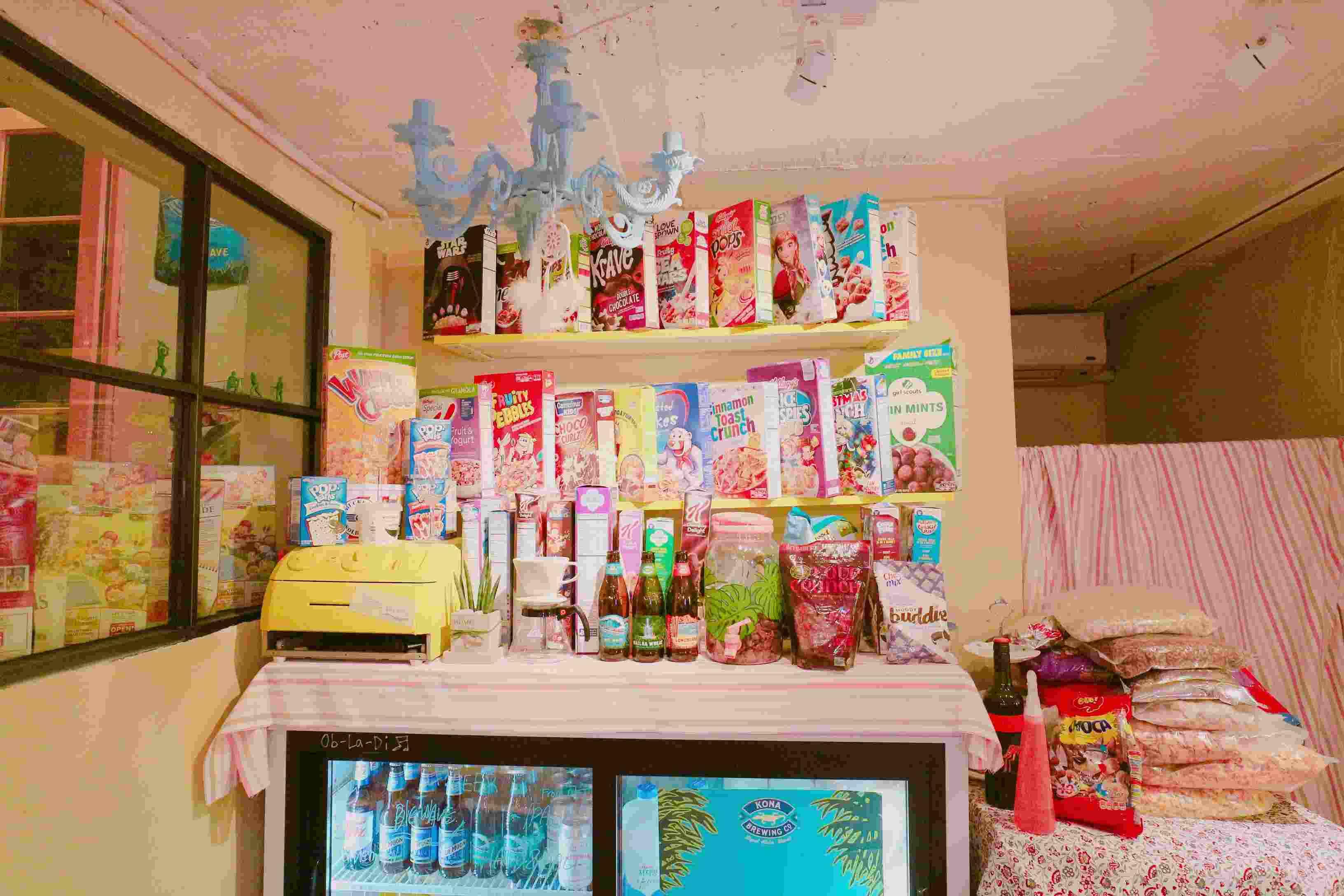 下了小梯級,走進店內完全是大開眼界。形形色色的谷物包裝盒,有秩序的放在店內不同位置。而且店內更是粉紅粉紅的裝潢,少女心馬上湧現喔!