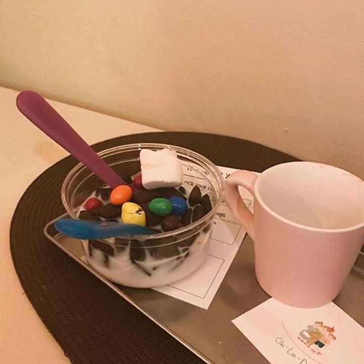 假如點穀物吃的話,店主便會在碗子盛上你挑的材料及配料,而穀物則放在杯子。