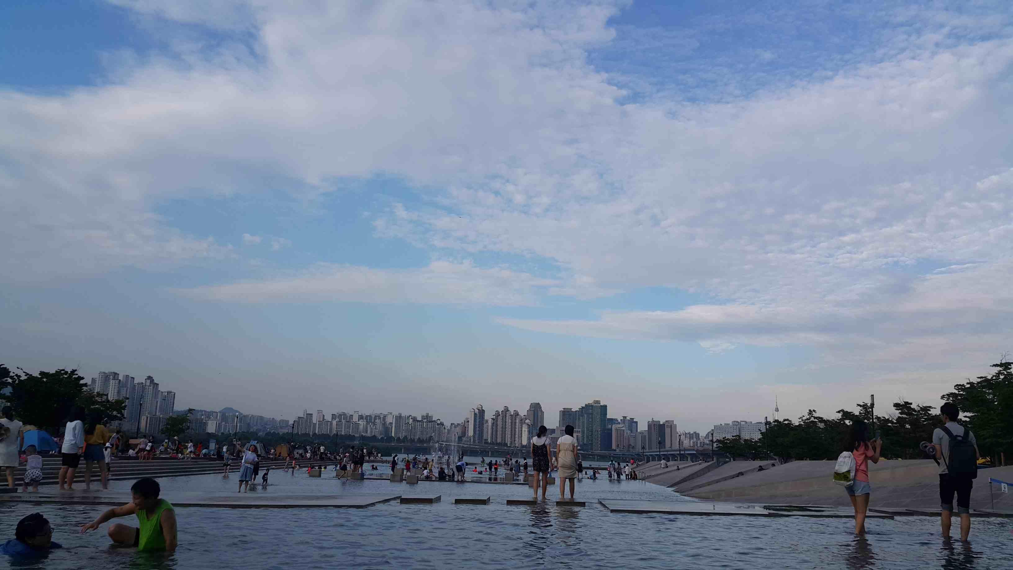 漢江是韓國人與遊客都很喜歡的休憩地方,也是情侶拍拖的好去處