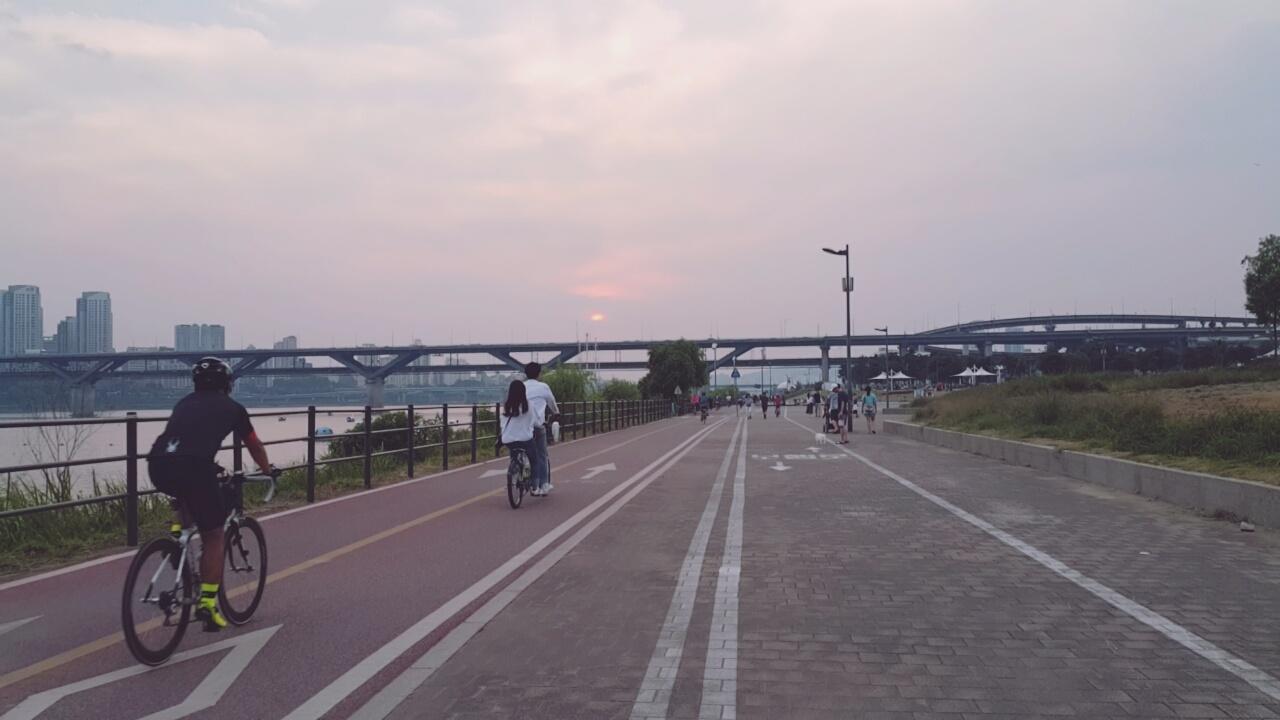 情侶們會一起踩雙人單車,抱著歐巴的腰當一回韓劇女主角(?)