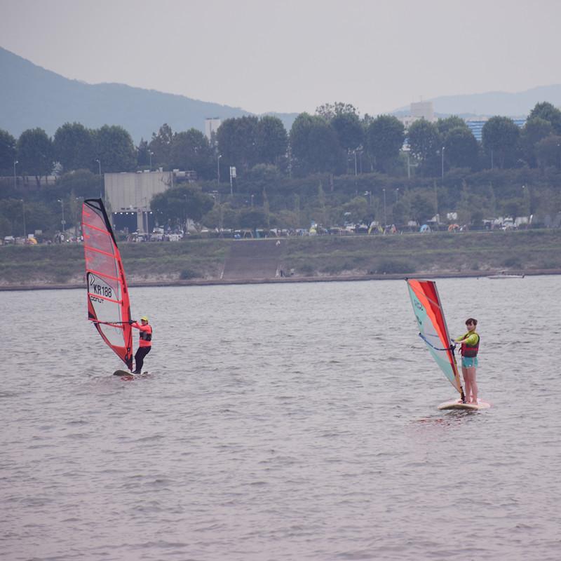 大膽一點也可以玩風帆,直接感受漢江的波浪,超帥的~