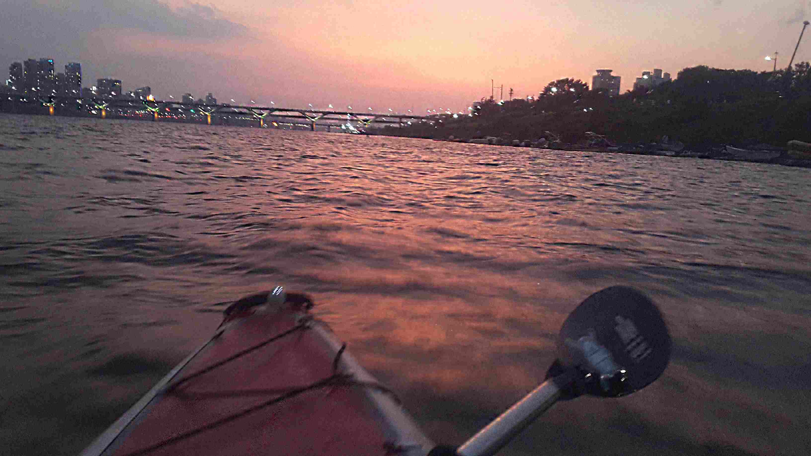 在漢江中心邊划艇邊享受落日~ 出發前教練會幫忙拍合照作紀念