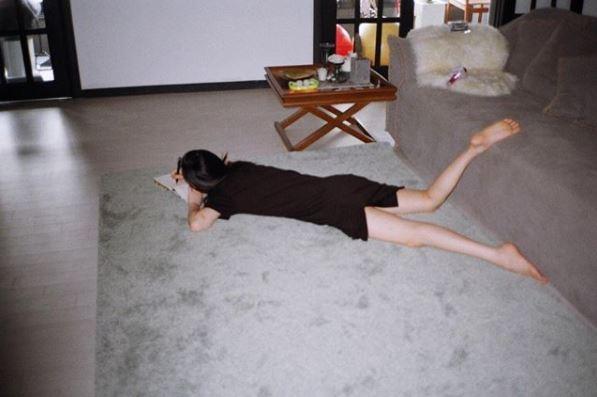 *伸懶腰 早上一睜開眼睛時先伸伸懶腰,把睡了一個晚上僵硬的身體舒展開來~可以讓血液恢復循環!根據醫學研究指出,一醒來就坐起會讓讓血液來不及循環而導致頭暈或貧血!!所以這個動作還是躺在床上時做比較好!