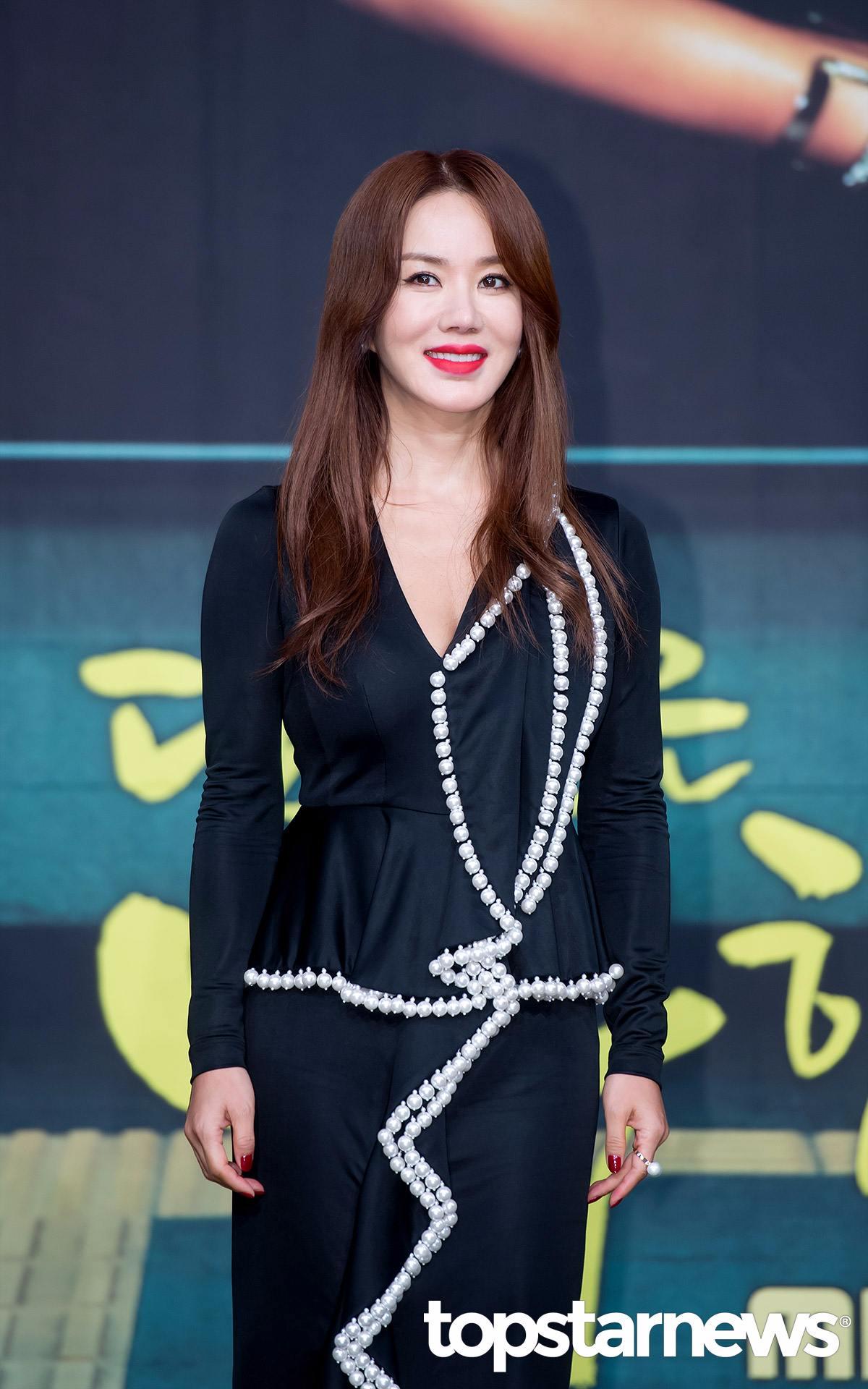 嚴正化 即將於幾年後成為50代的大前輩女演員、女歌手的嚴正化,年輕的時候因為美艷的外貌和較為新奇大膽的演出方式,獲得韓國瑪丹娜的稱號。至今還未結婚的他也被稱為韓國演藝圈的黃金單身女。