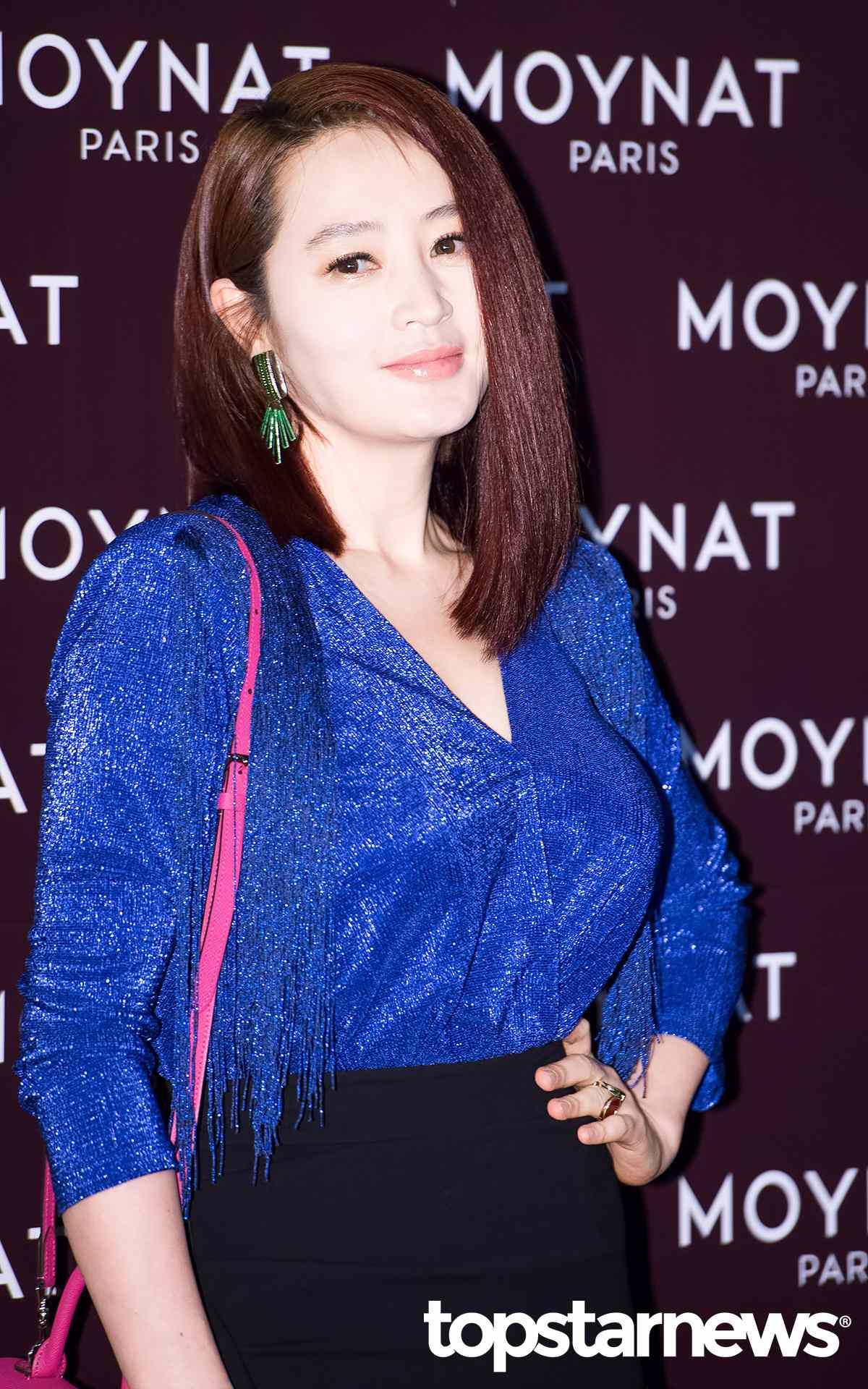金惠秀 因為《Signal》、《神偷大劫案》等知名電視劇和電影,而被台灣觀眾熟知的演技派女演員-金惠秀,總是以一頭短髮示人的金惠秀,往往也給人強勢的感覺,但其實她的個性相當溫柔呢!而金惠秀曾在2006年與男演員柳海真傳出熱戀的消息,但那時雙方並未承認,直到被韓國媒體拍到進出對方家中的照片,才在2010年認愛,但也火速在隔年就宣布分手了。但兩人依舊是維持著好朋友的關係。