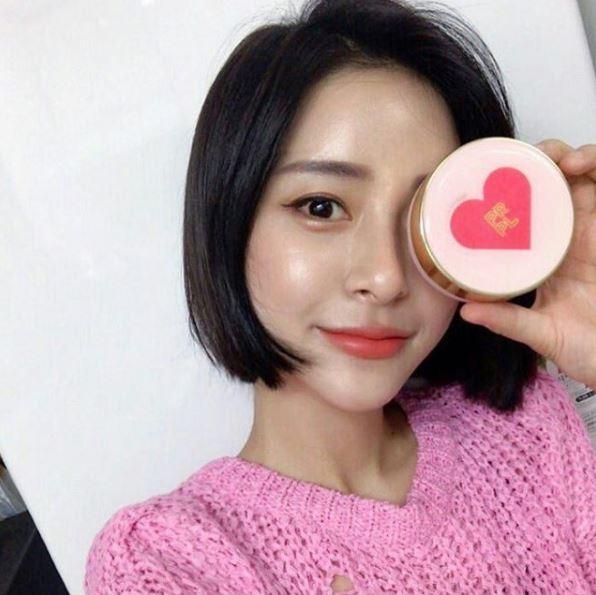最近在SNS上出現了一個讓韓妞們瘋狂拿著打卡拍照的彩妝品!!這到底是什麼品牌真的有看沒有懂!!