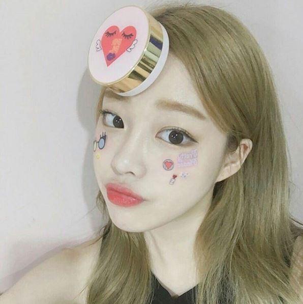還有附贈貼紙可以裝飾一個屬於自己的氣墊粉餅~但是很多韓妞都拿來貼臉上XD 超可愛的啊!目前只有在韓國的網站上買的到哦!看來只能找代購了ㅠㅠ