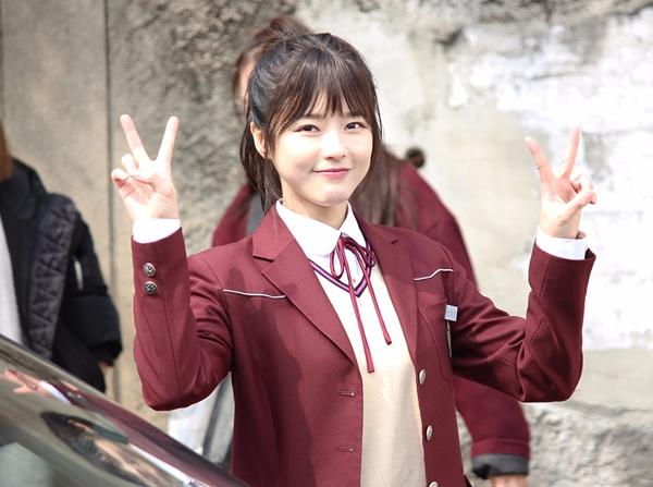 就是這幾張照片讓韓國網友感到很驚訝! 照片中露出可愛微笑的吳知恩,穿著制服也相當漂亮呢! 但為什麼大家會感到驚訝呢? 原因就是因為吳知恩已經37歲(台灣年齡35歲)了啊!! 明明看起來只有20初頭啊!!
