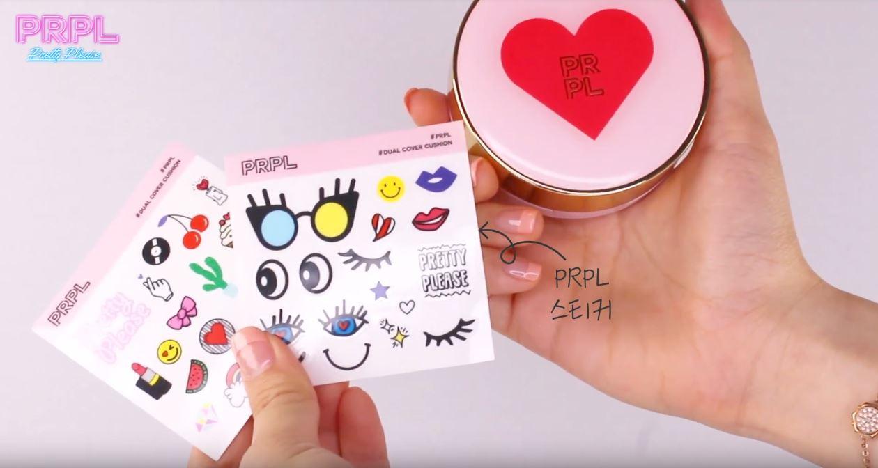 每盒粉撲在購買時都會附贈兩張可愛的貼紙,可以用來裝飾一個屬於自己的專屬氣墊粉餅!(好想拿來貼手帳喔XD)