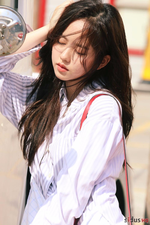 最近所炫到泰國拍攝的畫報也公開囉~女神樣貌是不是讓你無法相信她只有18歲呢XD