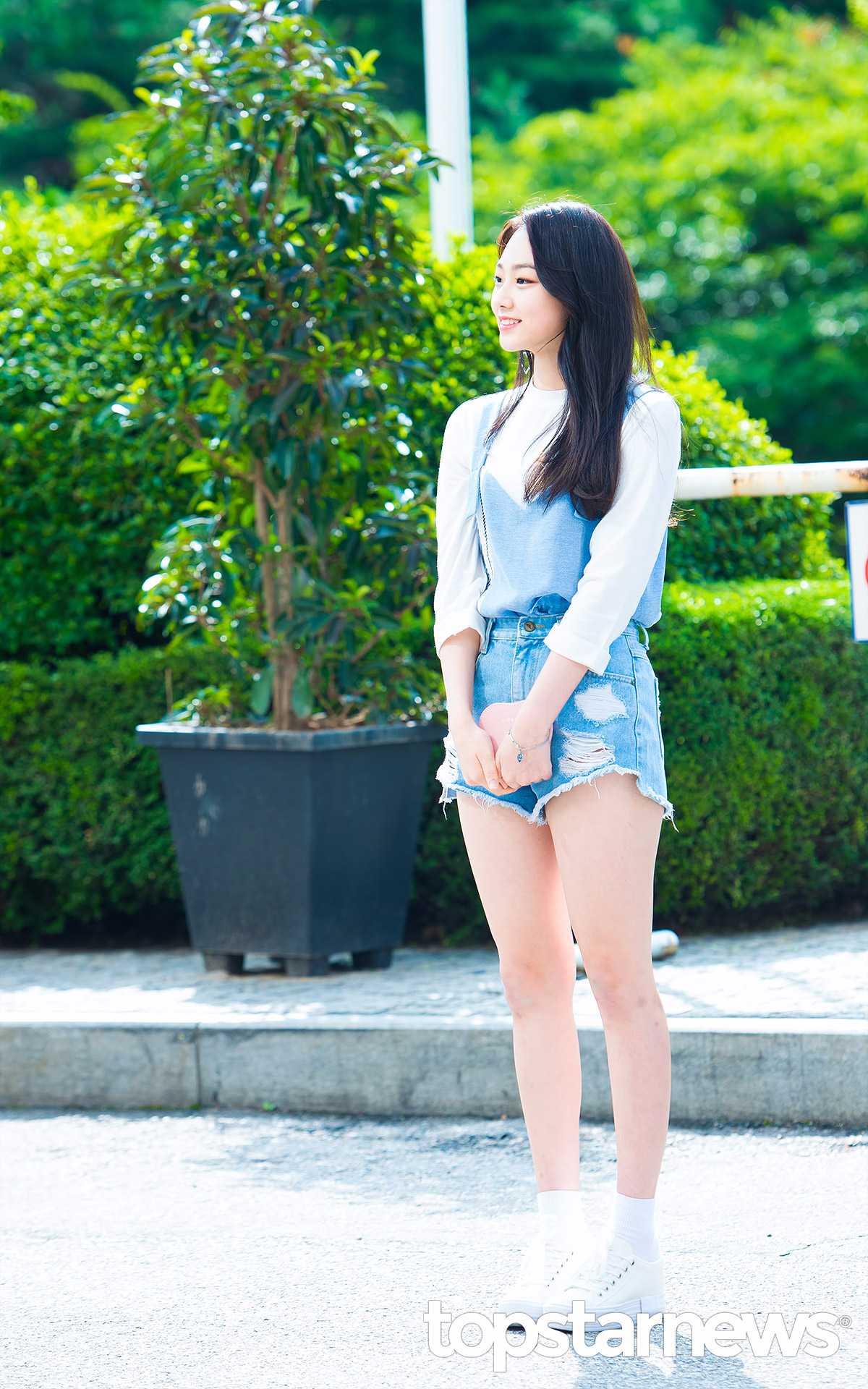 ►gugudan-美娜 美娜的穿搭非常適合現在的天氣,裡面選擇一件白色7分袖,配上一件藍色背心,以及修飾腿部的高腰短褲,最後在配上一雙球鞋+小腿襪,是台灣女生也能夠輕易模仿的造型呢!