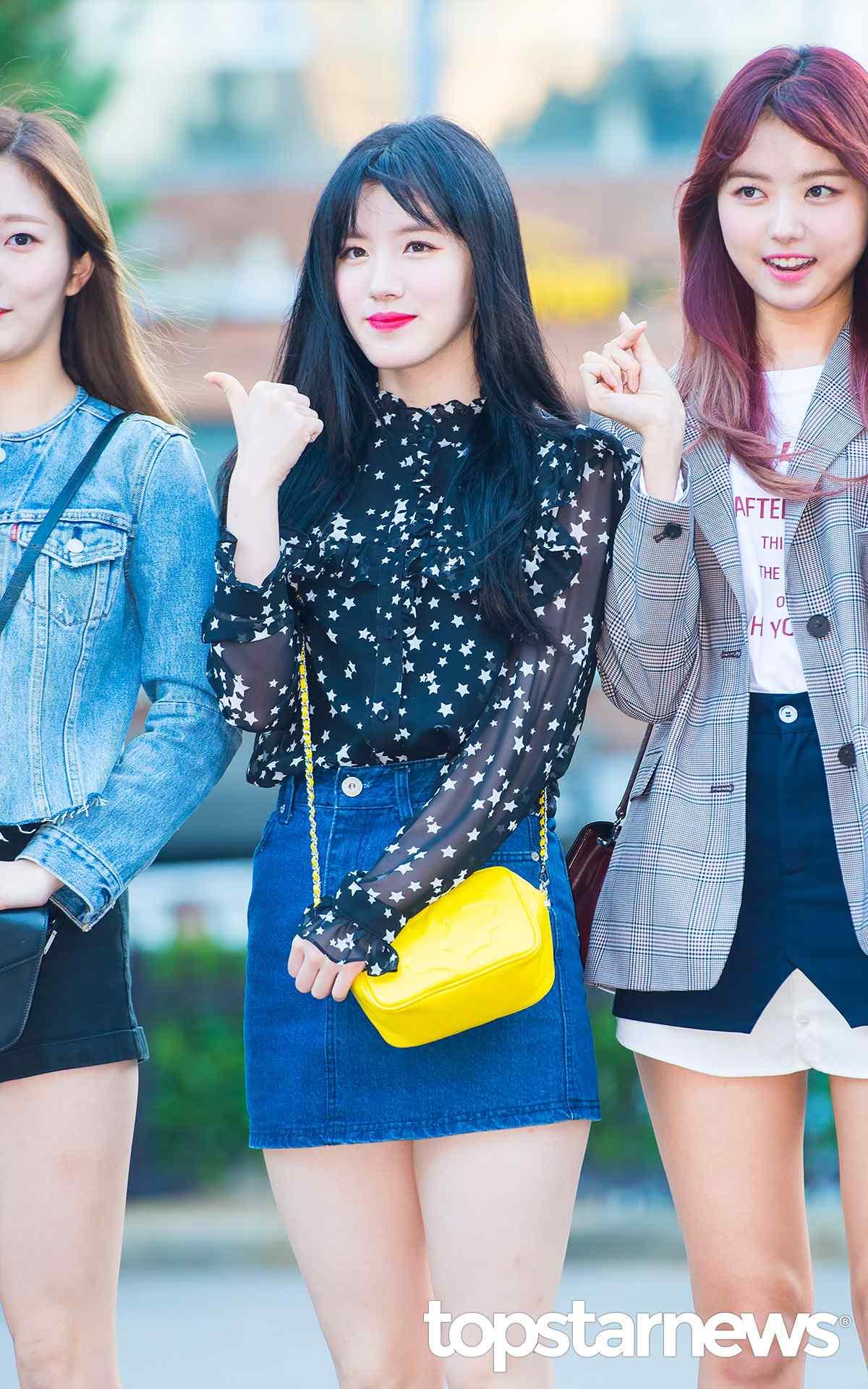 ►PRISTIN-施妍 牛仔短裙絕對不能少啊!除了大勢女團成員之外,其實很多韓國女生在這個季節依然無法拋棄牛仔短裙啊!穿上一件透膚襯衫配上牛仔短裙,女人味十足。尤其將整體的重點放在黃色小包上,讓施妍看起來更迷人了呢!