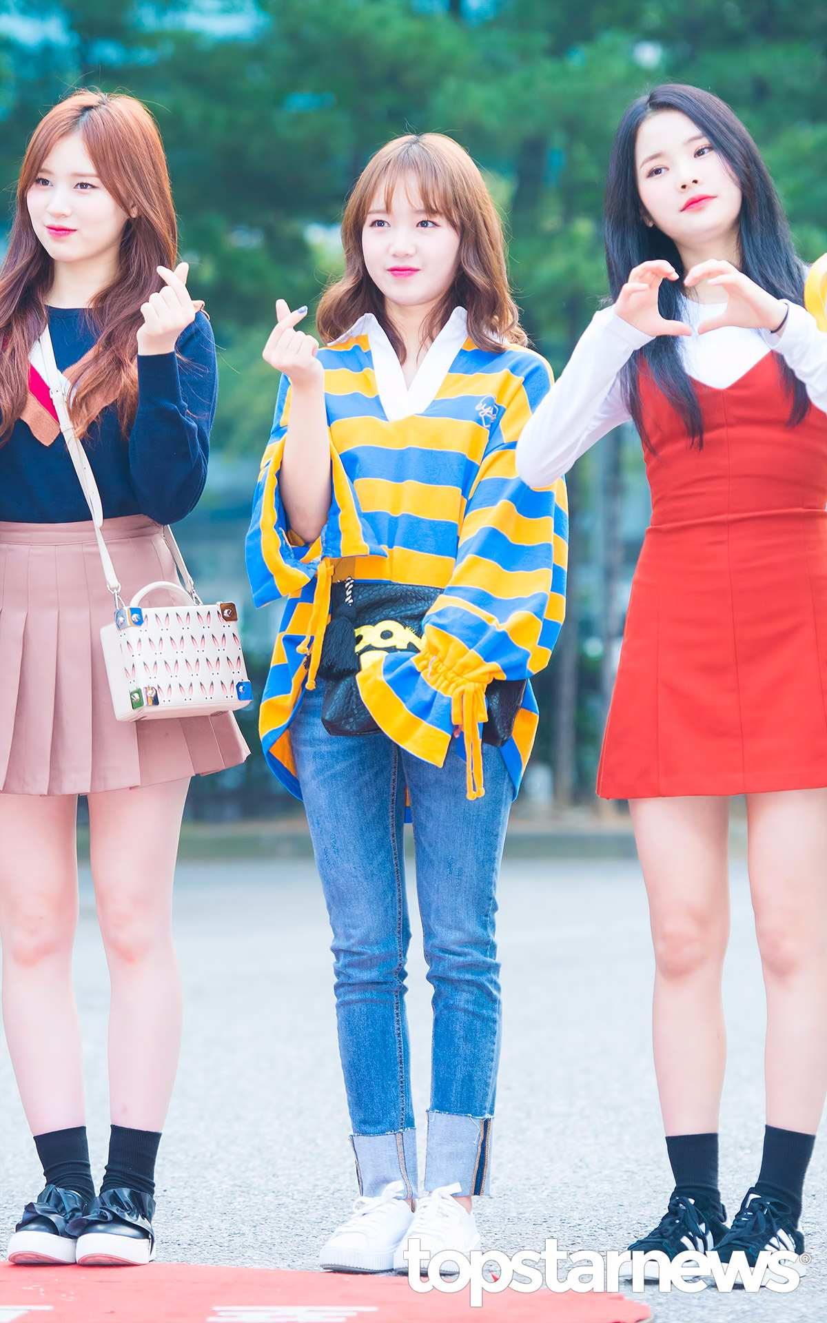 ►Weiki Meki-有情 喜歡簡單、寬鬆的女孩,就來參考看看有情的穿搭吧!利用顯眼的黃藍配色增添青春感,以上寬下窄的搭配訣竅讓自己看起來更顯瘦!最特別的就是在於上衣的縮袖設計,是非常好藏肉的單品呢!