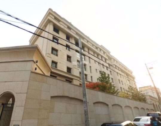 雖然不是大家幻想的「金碧輝煌」,但是能在首爾的富人區論峴洞買下透天住宅,就知道有多驚人。而且曾在節目上公開過自己理財術,投資地產有道的秀英名下不只有論峴洞的住宅,還有其他地段的投資。據說秀英以27億韓幣(約8500萬台幣)買下位於論峴洞的住宅,現在價格已經飆升到40億…真的是眼光精準,理財有方啊!