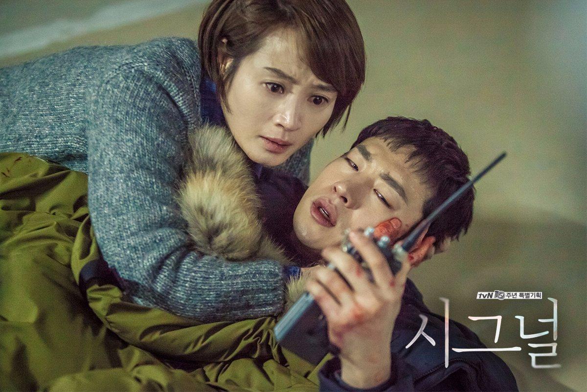 另外,神劇《Siganl》也是tvN出品的經典韓劇之一,圍繞在韓國最知名的連續殺人事件上,透過對講機跳轉時空的燒腦推理更是亮點!