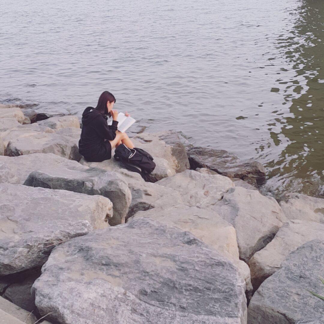 一個人會坐在江邊看書,也可以跟家人朋友搭個帳篷,在裡面看電影睡午覺等
