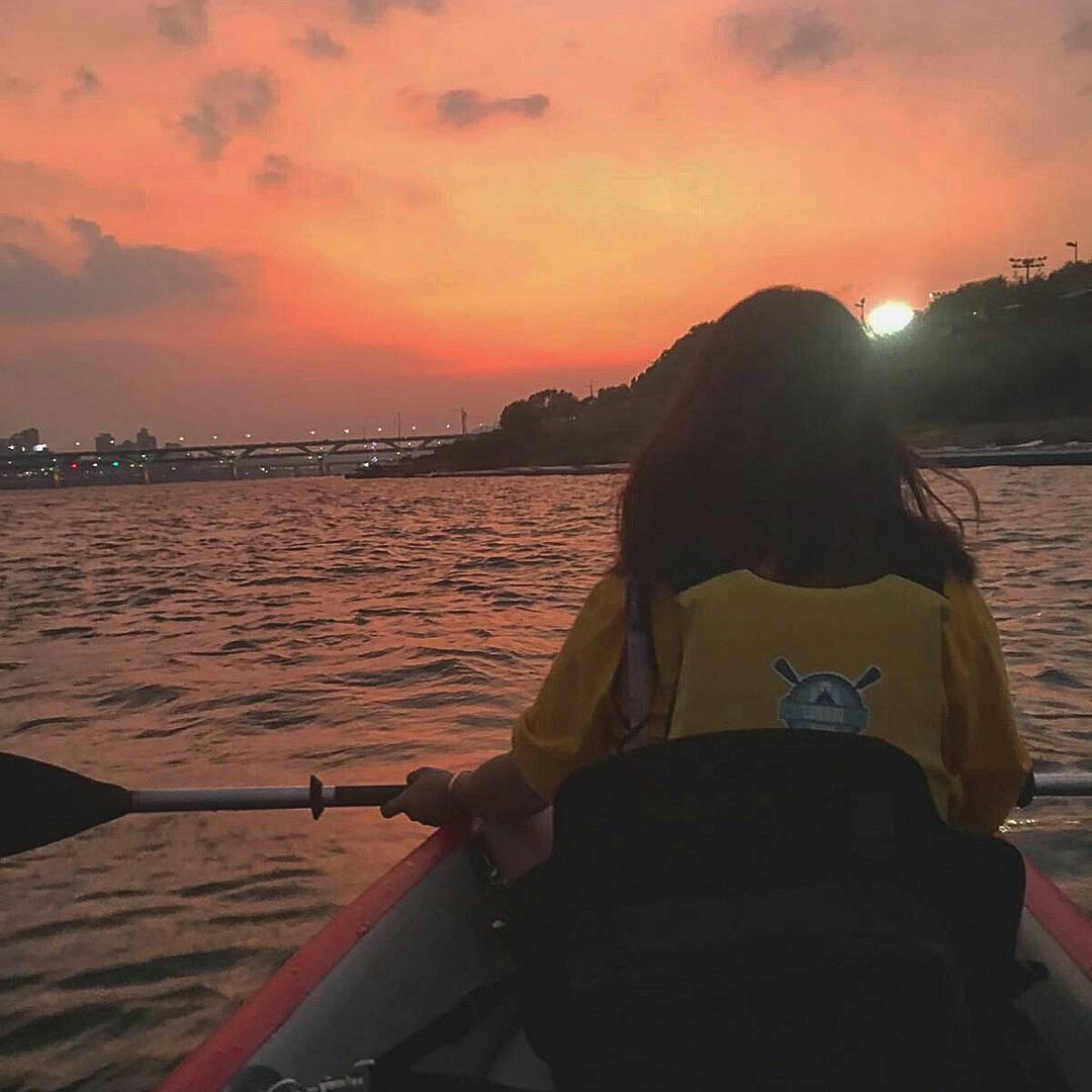 划艇的過程中還能拍一些美美的背影(韓妞都是這麼拍的喔~)這樣的打卡照有夠特別吧