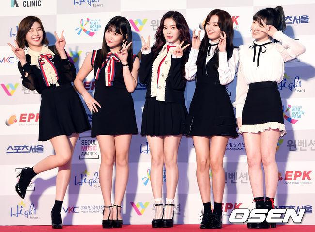 出身有「花田」名稱的Red Velvet 當然看外貌是絕對不輸人的「完顏團」,身材比例也是堪稱完美,不過站在一起時畫面美好的她們,和其他團站在一起時,卻有一個唯一會被比下去的部份
