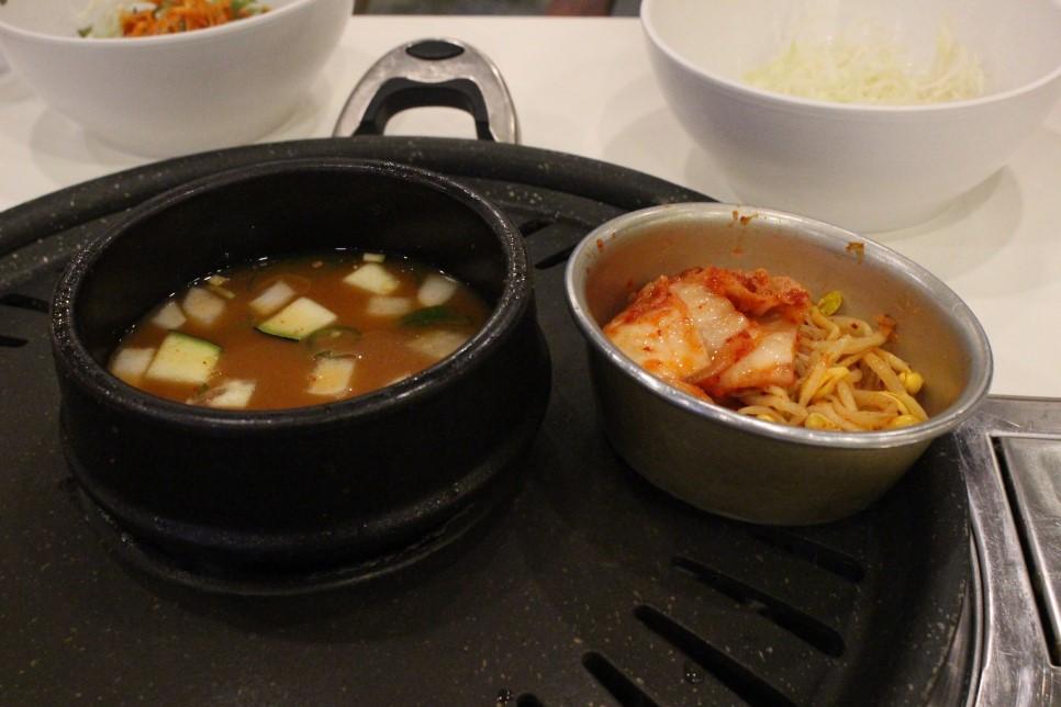 當然不能少的還有解膩的大醬湯,還有爽口的泡菜和黃豆芽