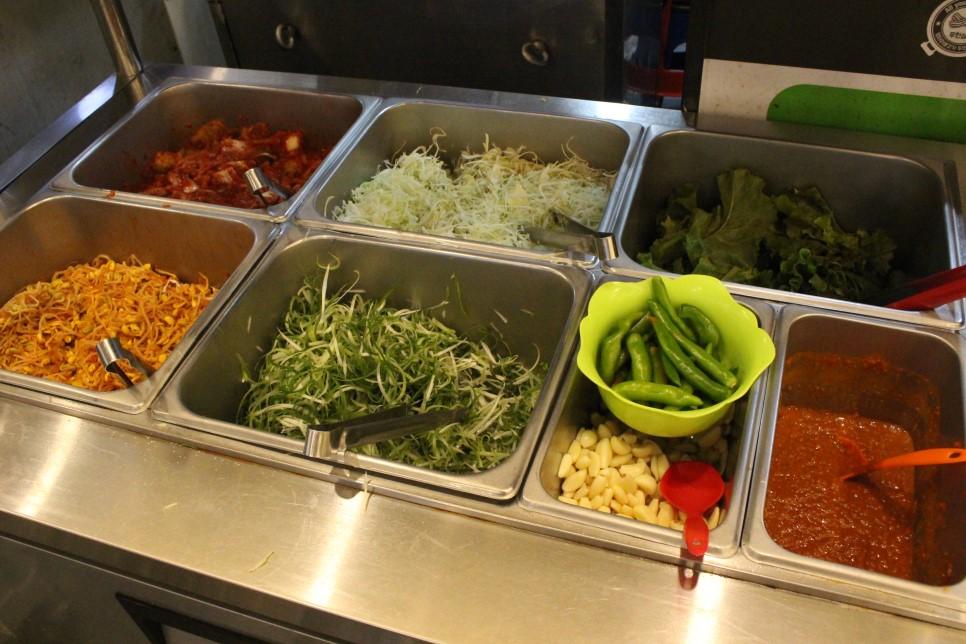 泡菜、辣椒和沾醬等都是可以自取續加的