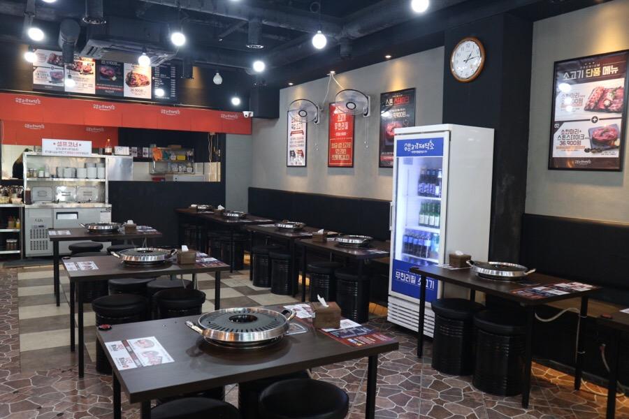 雖然店內空間不算大,但是動線方常方便,油煙味也不重,一到用餐時間真的是不早到就要再等兩小時啊!