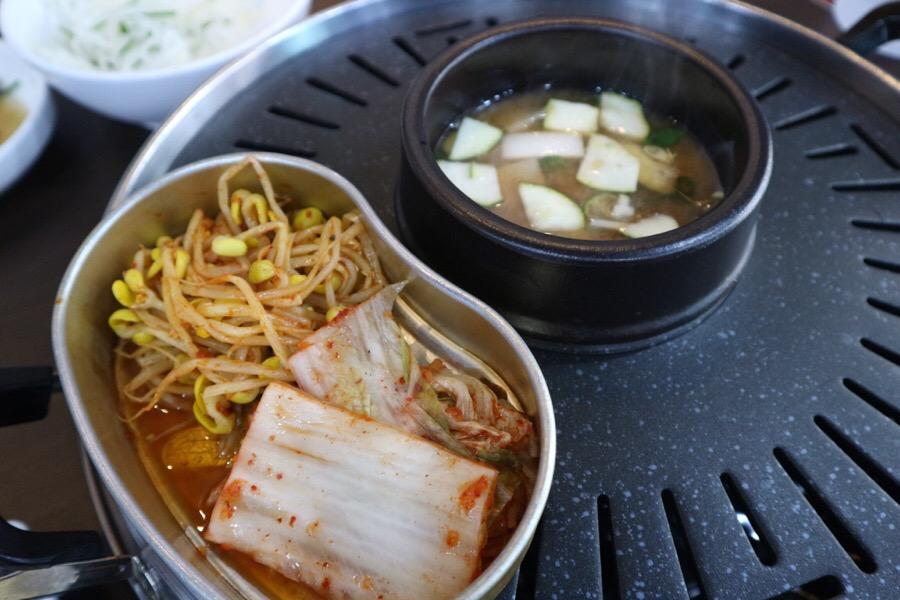 當然不能錯過的黃豆菜+泡菜,以及烤肉好朋友大醬湯的組合