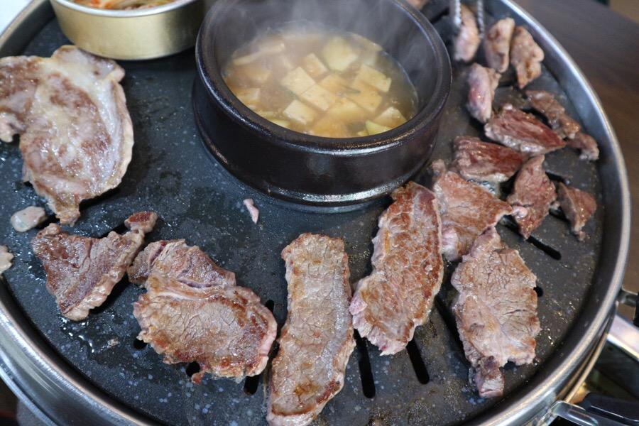 熟了之後的樣子,不僅牛肉品質不錯,豬肉更是鮮甜可口,如果來到大田,千萬要來這間烤肉吃到飽嚐鮮喔!