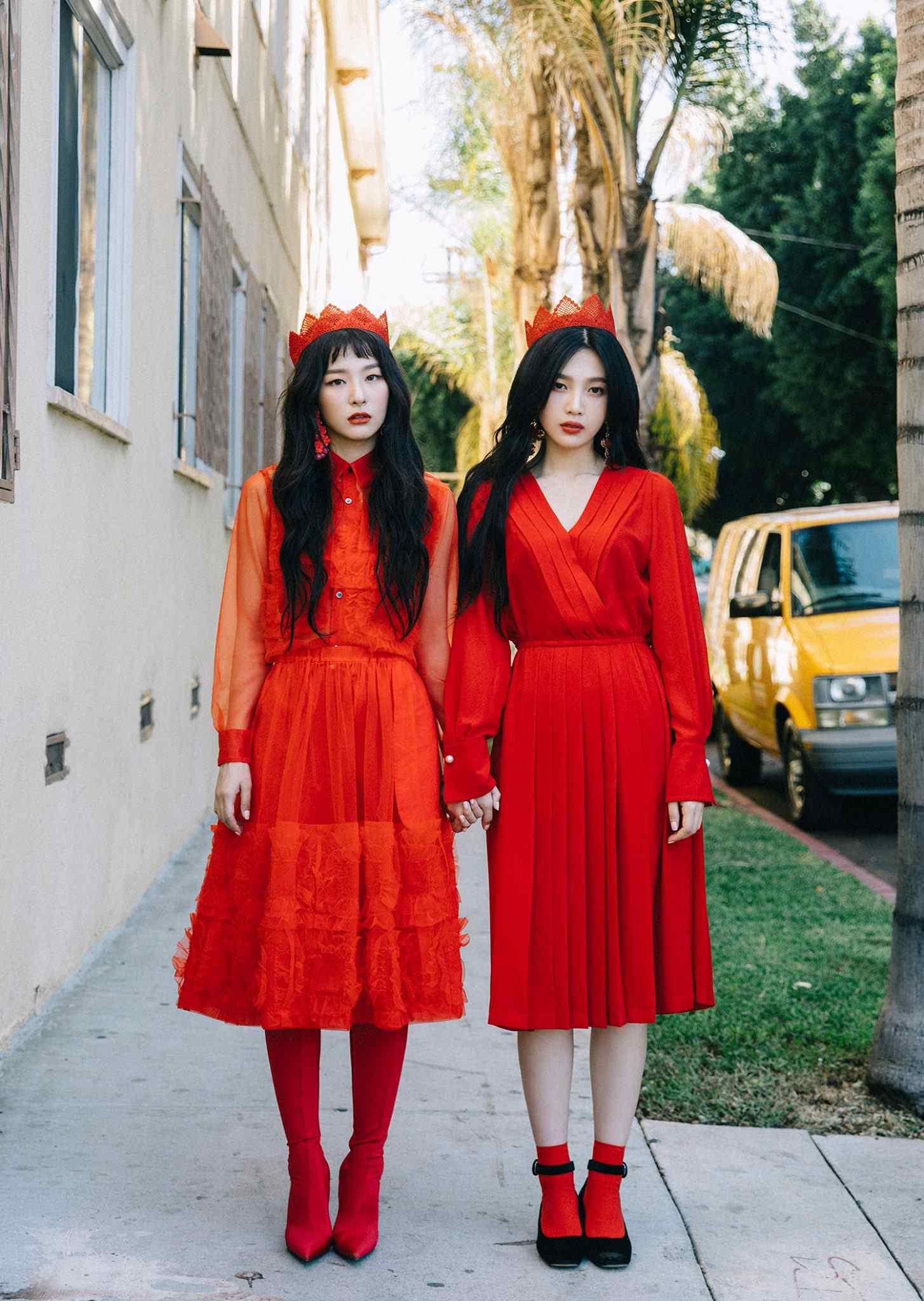 不僅鋪梗貫穿一整年的時間,就連這次新專輯的造型感覺也「藏很深」,目前公布的預告照中瑟琪跟Joy頭上都戴著紅色王冠