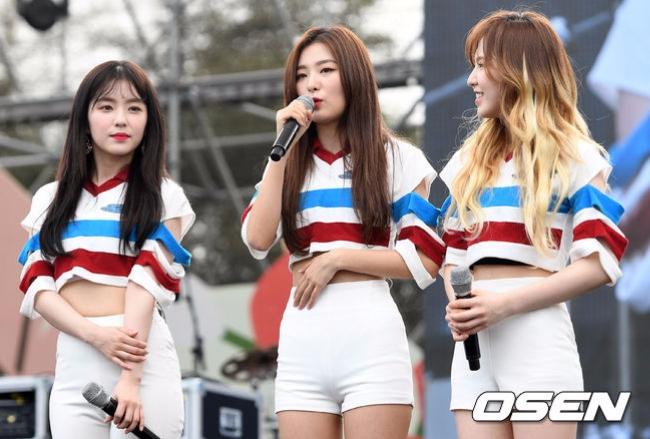在最近Red Velvet出席的活動上,Irene的美貌又不小心讓一位偶像不小心粉絲魂掩藏不住,在舞台上爆發>////<。Red Velvet雖然是SM家出品的「完顏團代表」,隊長Irene在花田SM之中仍舊以美貌受到注目~