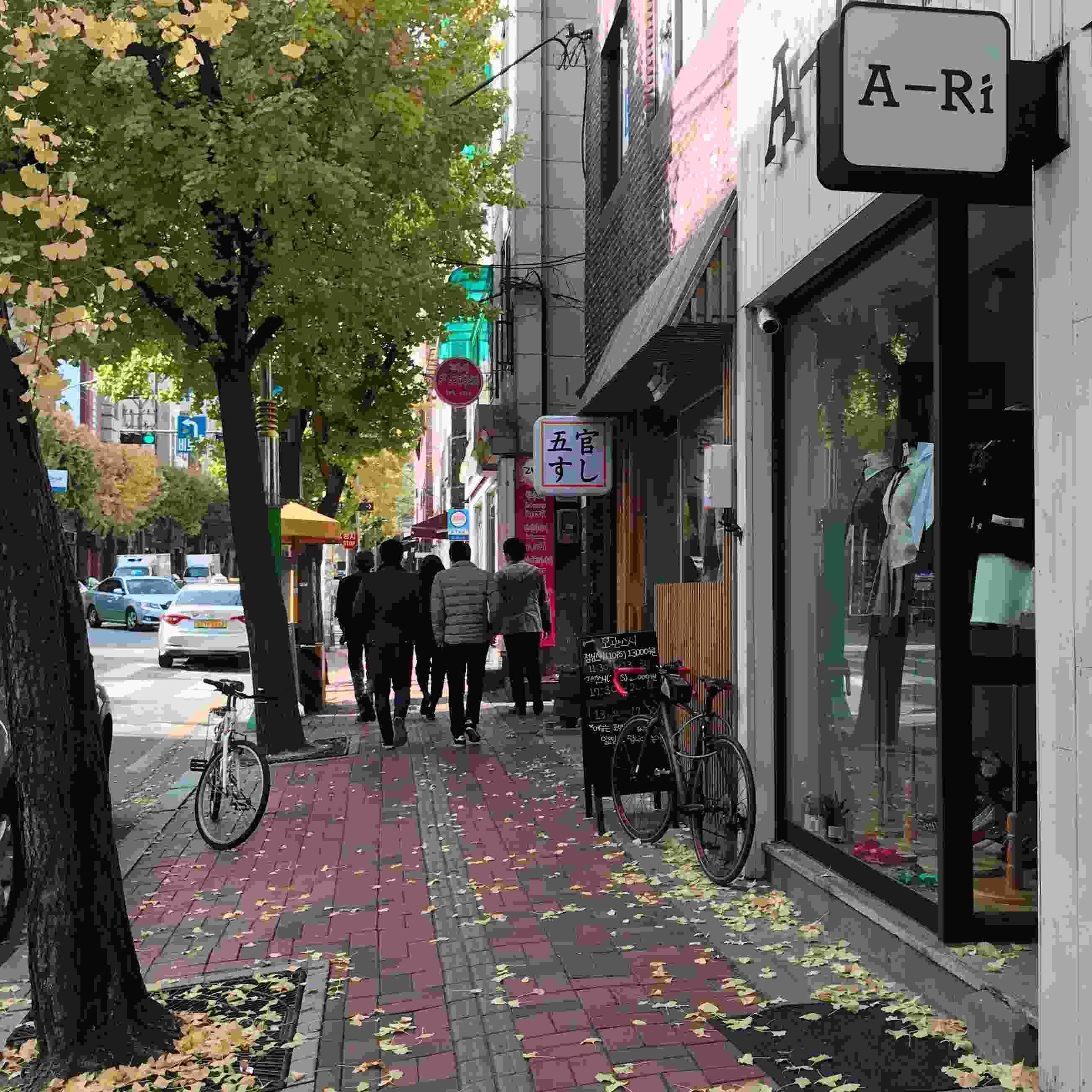 五官壽司(오관스시)位於慶熙大學十字路口附近,不是很顯眼,可是卻是最近慶熙大學附近住民的人氣餐廳喔!