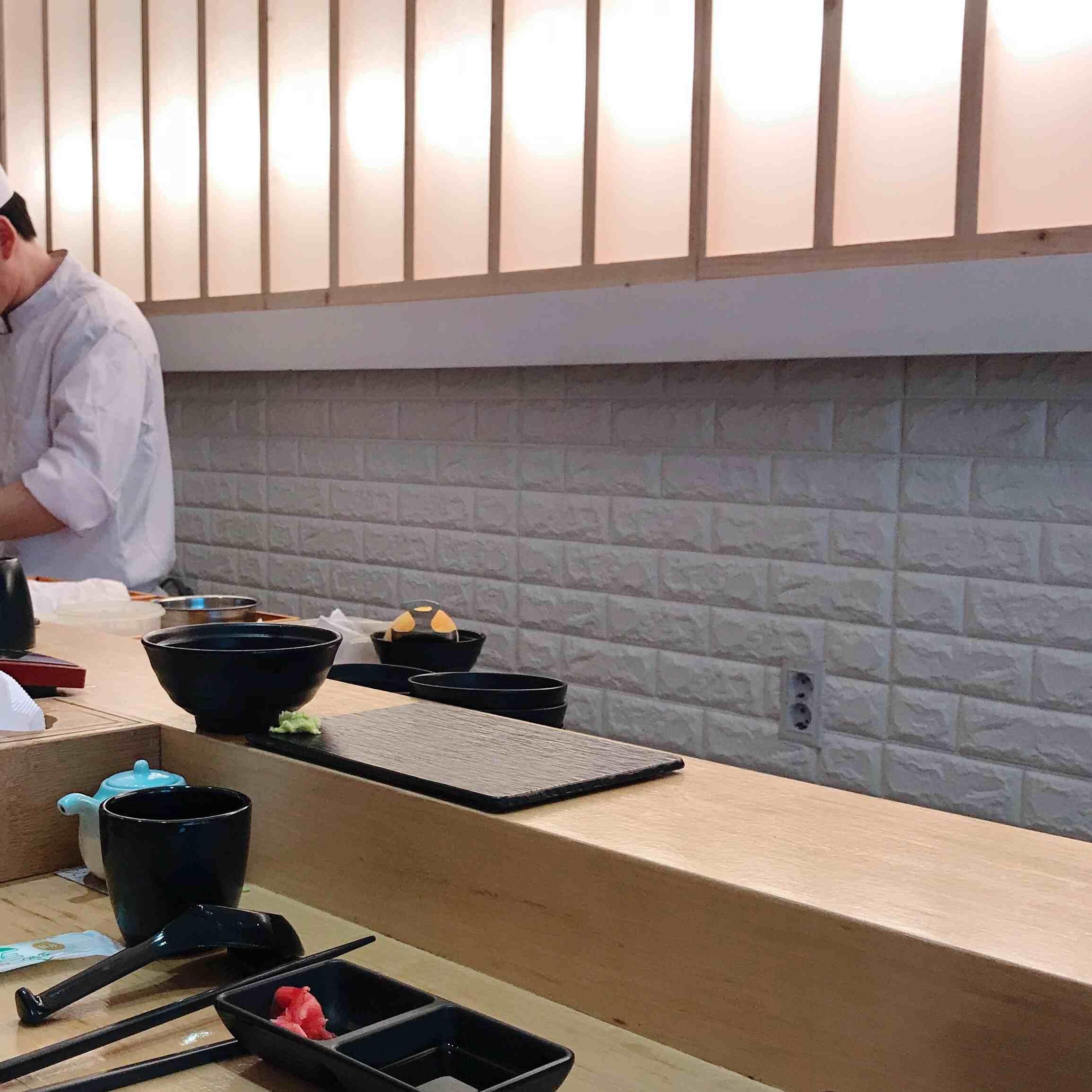 店裡面的位置只有十多個,因為壽司師傅都會一件一件的弄好,然後放到放在客人前方的盤子上的喔!