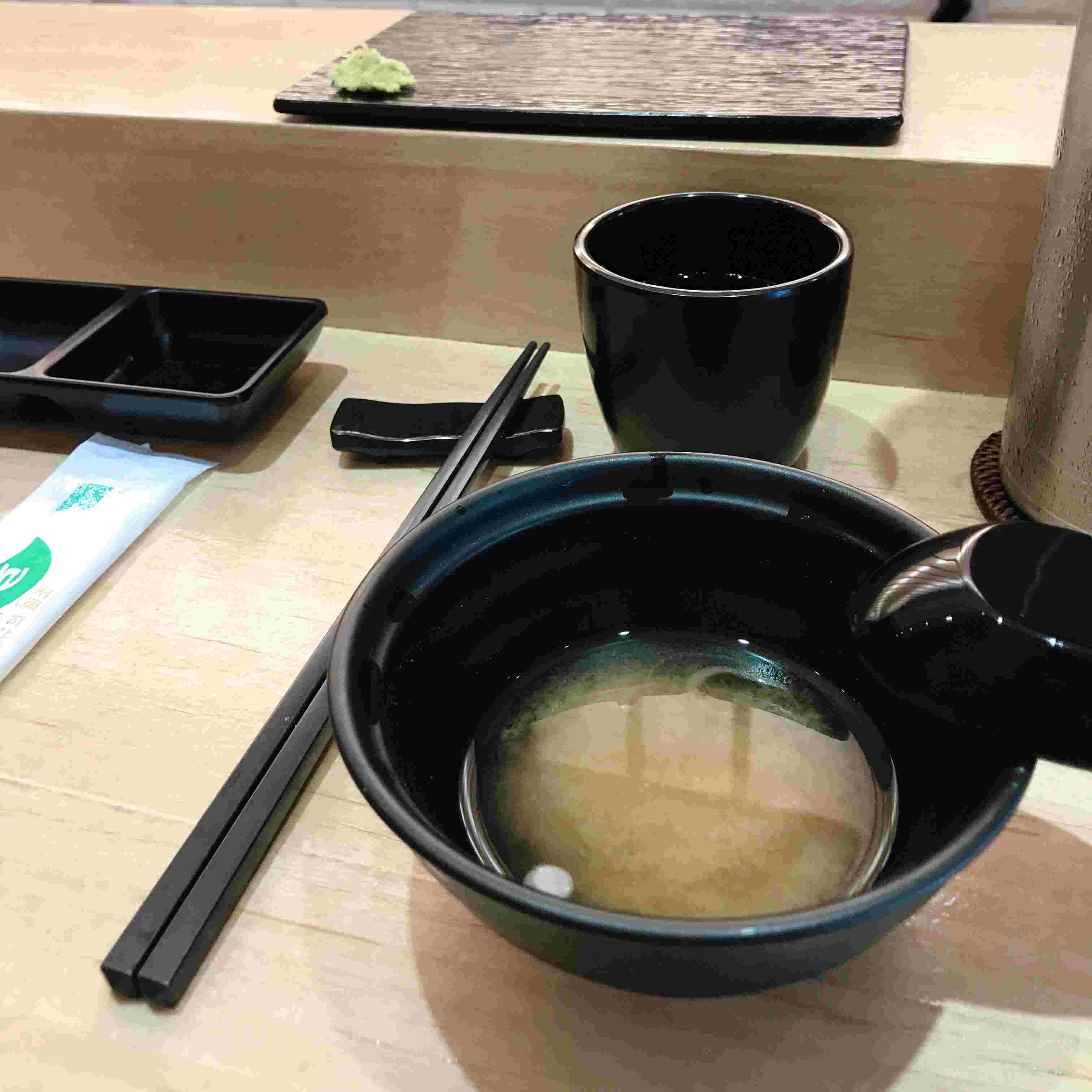 坐下來以後,他們會有湯,然後再會有壽司~