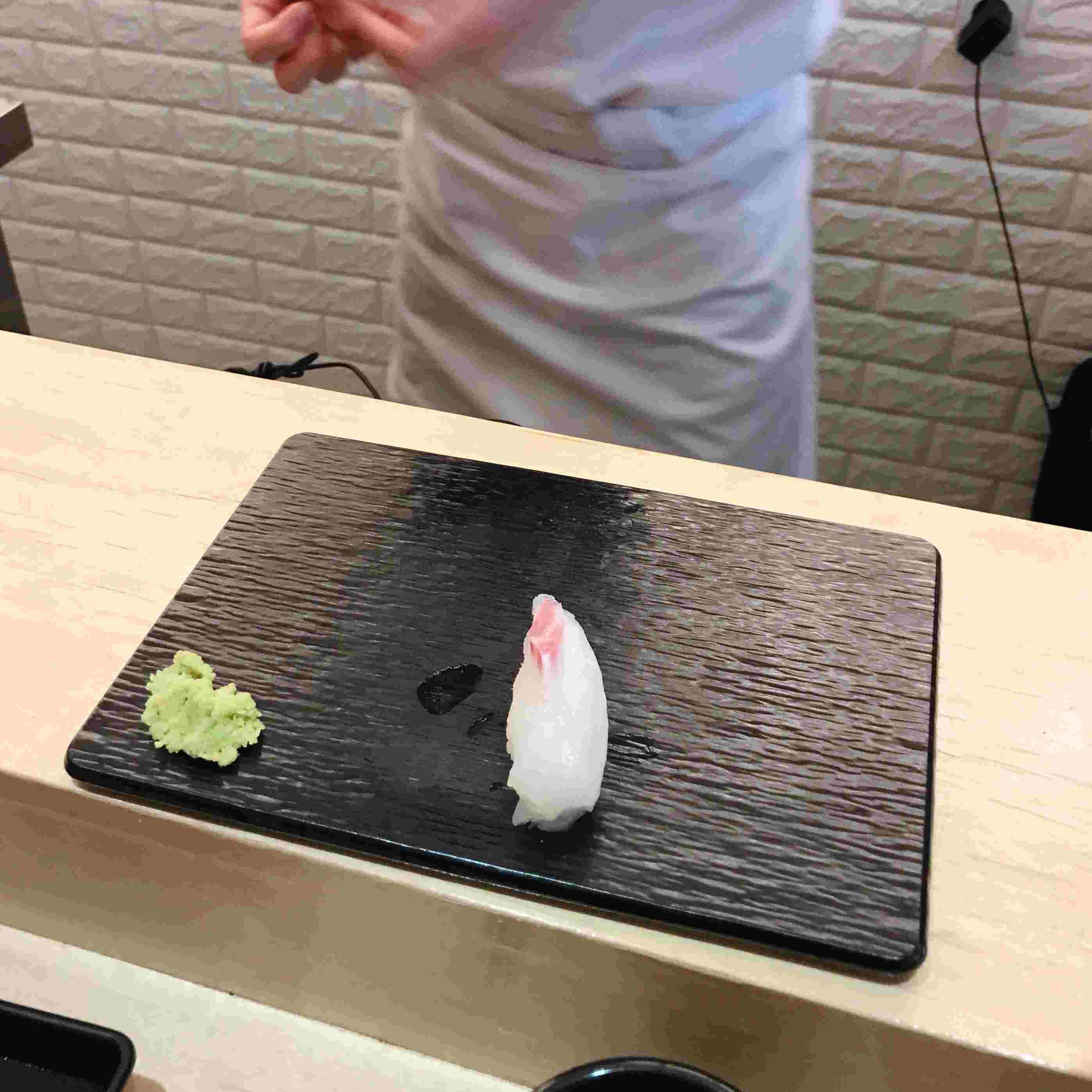 大概等五分鐘就會有第一件壽司,每一次的次序都不一樣喔!