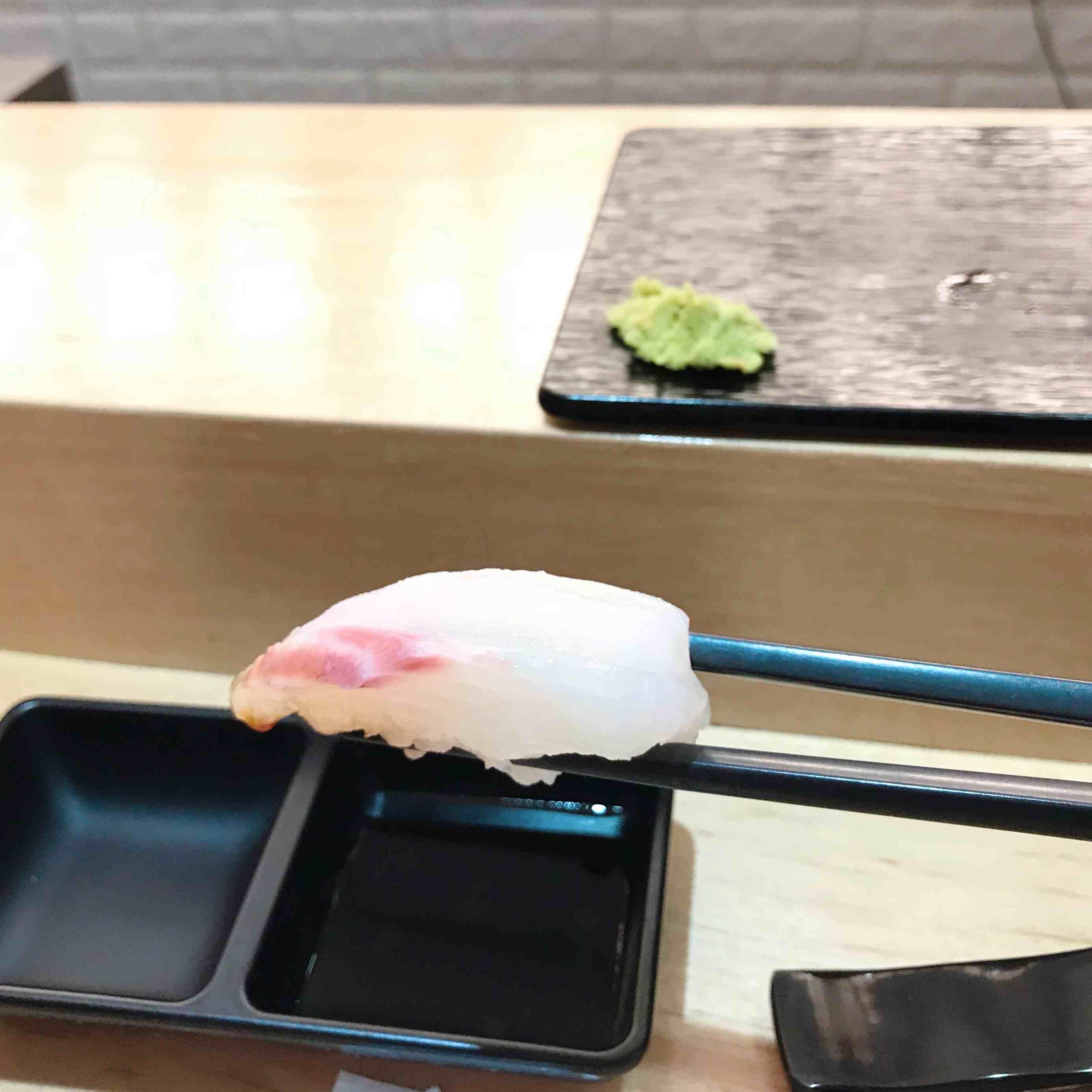 今天第一件壽司是도미(鯛魚),有些人會說這種魚聞起來很不新鮮,小編也很怕不新鮮的魚,但是在這邊完全沒有不新鮮的味道!
