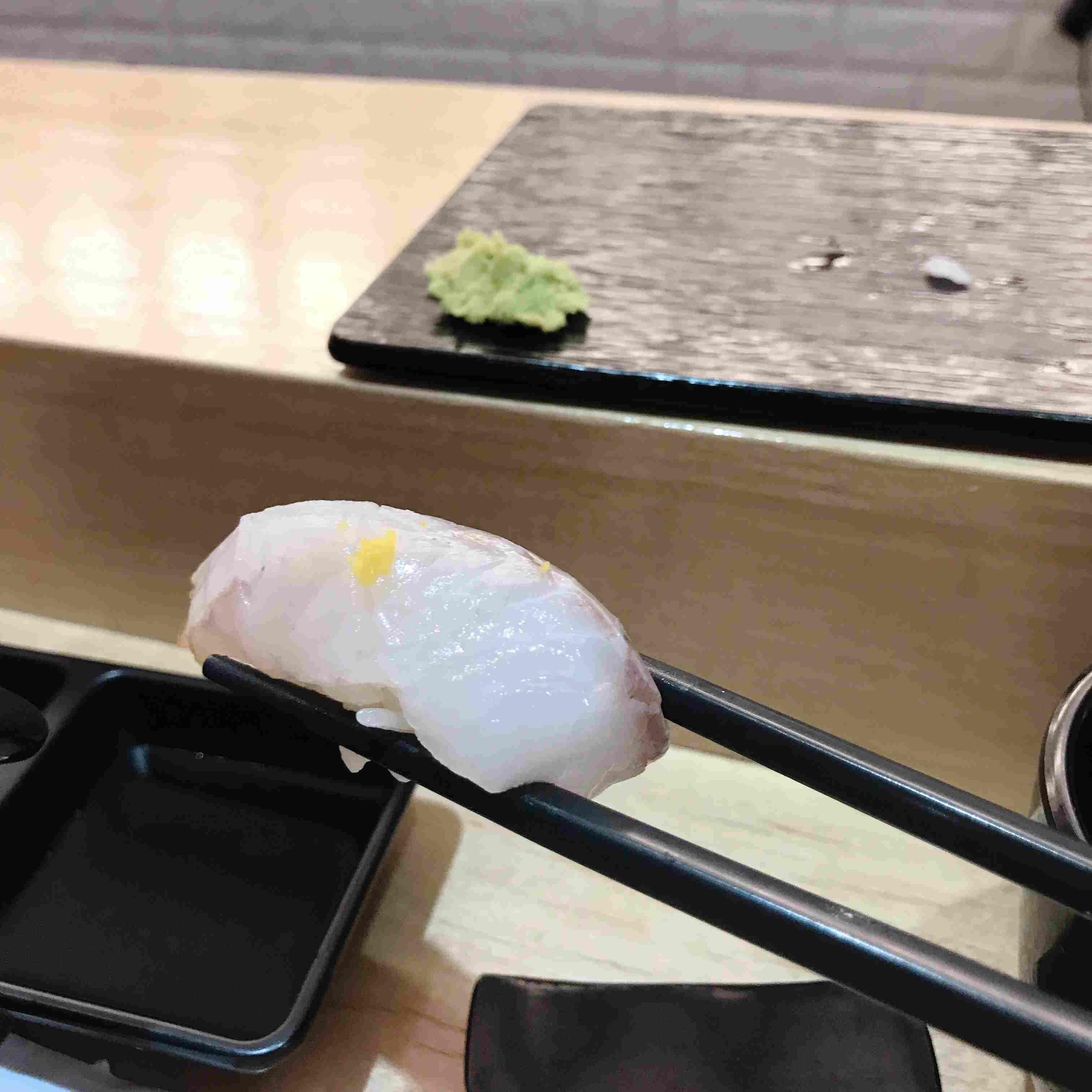 第二件是농어(鱸魚),上面黃色一點的是柚子,一開始會覺得壽司加上柚子的味道會很奇怪,但是吃了以後卻發現他的味道很特別,很好吃~