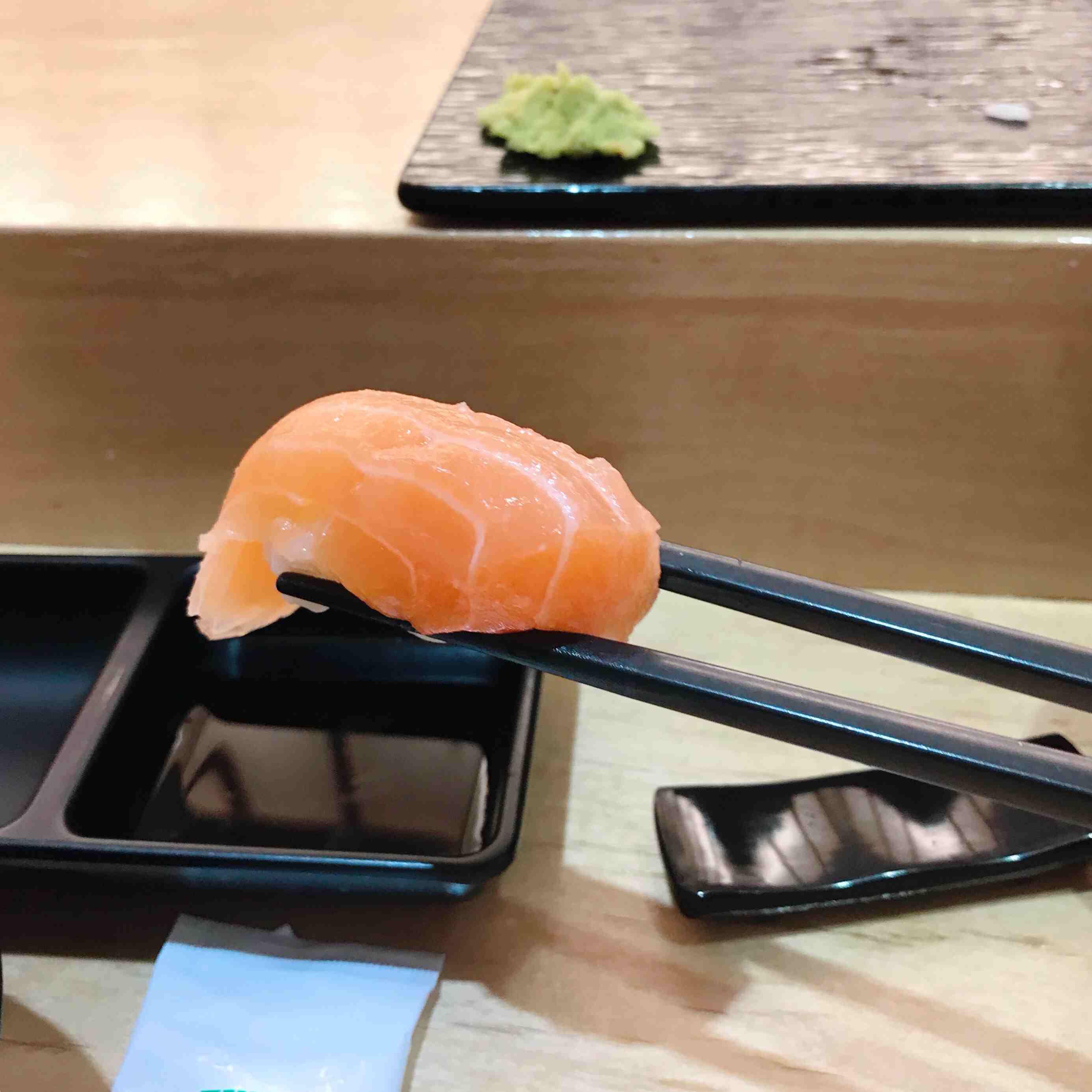 鮭魚!!小編最愛的鮭魚!!這裡的鮭魚真的很好吃!!沒有其他壽司店的那一種從冰箱拿出來冷藏過的味道!(所以小編根朋友再點了兩份鮭魚壽司)