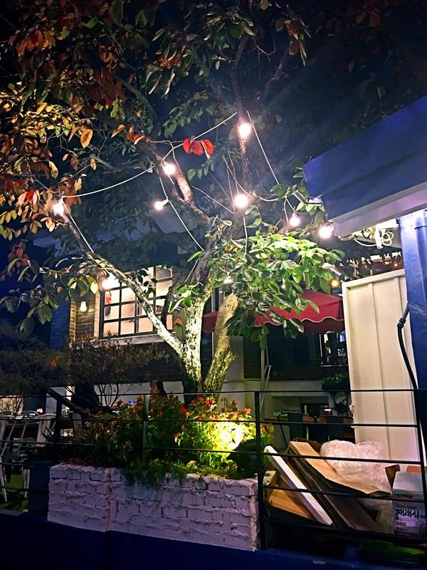 這條小巷子主要都是咖啡店和小酒館。飯館幾乎都是主營日料,沒有傳統韓餐的煙火氣息。適合喜歡安靜的女生來吃晚飯。韓國人一般都是「2차」(晚飯後的續攤)來到這邊喝點小酒。