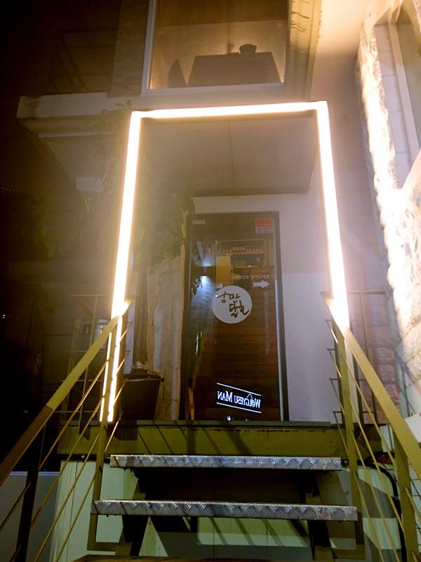 小店在二樓,被玻璃窗包圍著可以邊喝著小酒邊欣賞夜景。門上的燈很漂亮,已經讓人感覺裡面別有洞天~