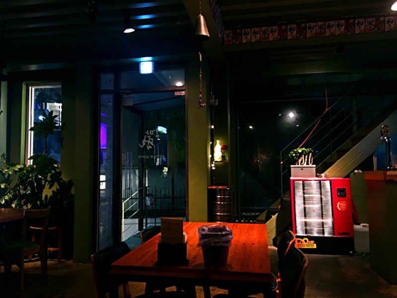 因為是酒館,光線比較暗,但是餐桌上都會單獨的照亮,氣氛特別好~很適合談心事