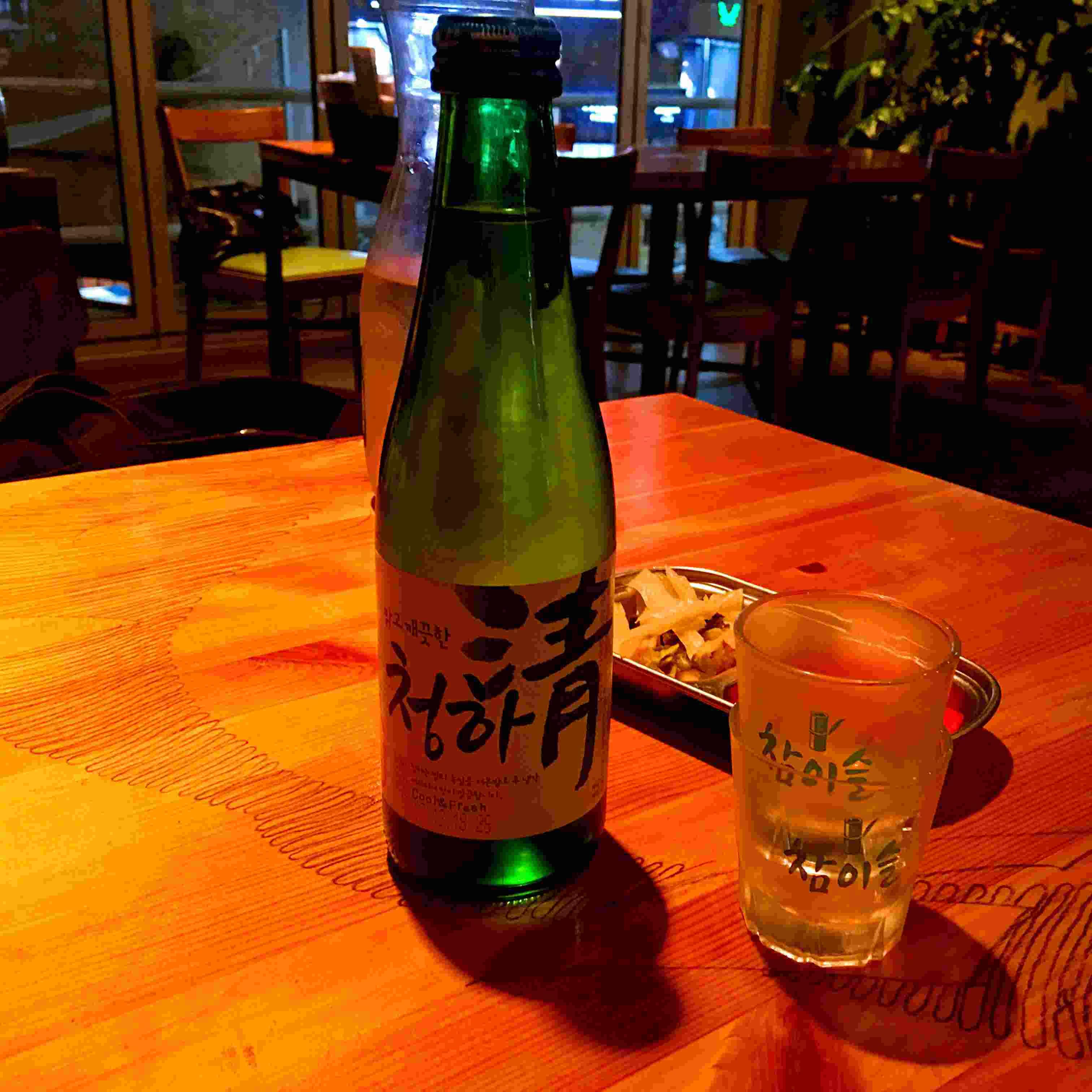 韓國人主要喝燒酒,啤酒或者米酒。小編這次選了不是特別常見的「清夏」,屬於清酒。而且以前看《produce 101》的時候小編最喜歡金請夏!因為和這款酒名字相同,粉絲給她起了「酒兒」這樣可愛的名字。