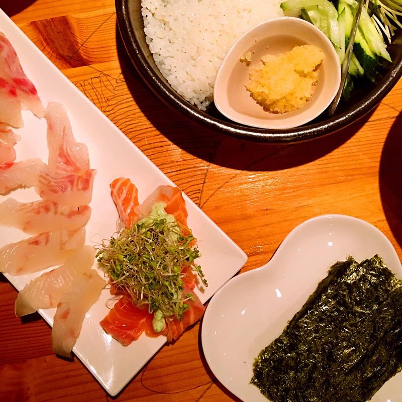 主菜是生魚片套餐,有生魚片,米飯,配菜和烤紫菜。